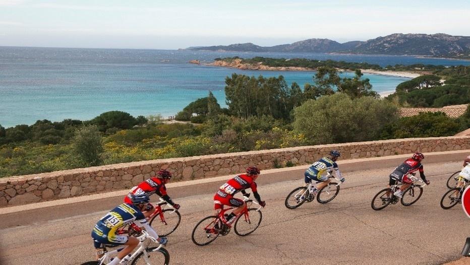 Avec 1000 kilomètres de littoral, plus d'une centaine de sommets dépassant les 2000 mètres et des paysages étourdissants de beauté, la Corse est l'une des régions françaises les mieux taillées pour l'exploit cycliste.