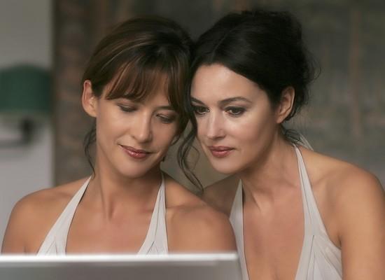 """Sophie Marceau et Monica Bellucci sont les héroïnes du film """"Ne te retourne pas"""" de Marina de Van (D.R.)"""