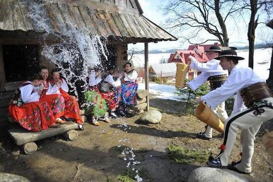 Lors du  «smigus dyngus» la tradition veut que chacun s'arrose mutuellement avec de l'eau. @Leral.net
