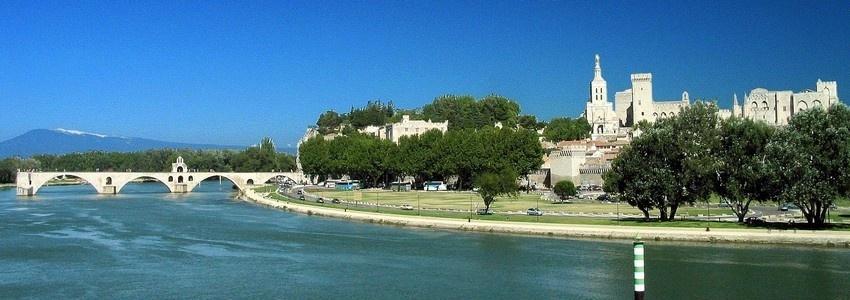 Vue d'ensemble notamment sur le célèbre Pont d'Avignon appelé le Pont St-Bénezet, l'ouvrage le plus ancien construit sur le Rhône entre Lyon et la mer au XIIe siècle, et le Palais des Papes où se déroule le célèbre Festival  (photo D.R.)