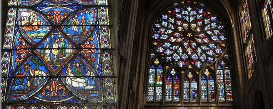 De gauche à droite :  Légende  de saint Eustache Vitrail du déambulatoire 1210 Cathedrale de Sens  @ C.Garyj;  Rosace du Concert Céleste Cathédrale de Sens © OT Sens et Sénonais