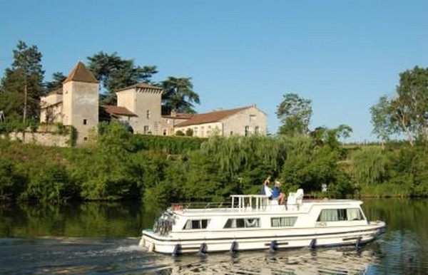 Balade sur l'Yonne à la découverte de Villeneuve-sur-Yonne.  @ OT Sens et Sénonais