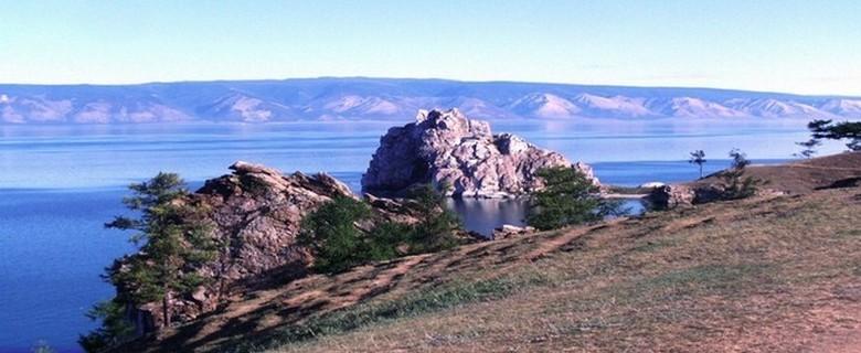 les rives du lac Baïkal dans la région de Irkoutsk. Ce lac impressionnant, le plus profond du monde, deviendrait, avec le déplacement des couches terrestres, dans des millions d'années, une mer séparant la Russie et l'Asie.  (Photo D.R).