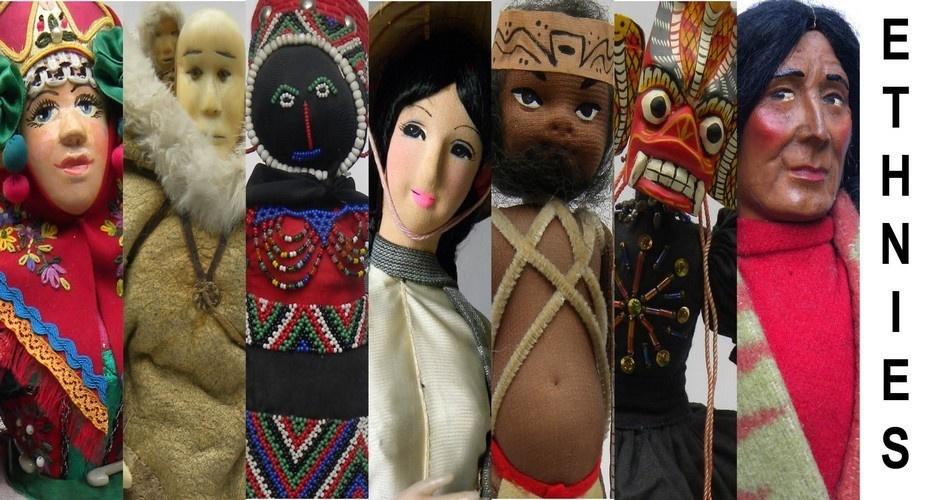 Aux cotés des poupées touristiques plus sommaires, se distinguent des poupées de facture artisanale très spécifiques à leur zone d'origine, remarquables par leur raffinement (Crédit photo : Musée de la poupée).