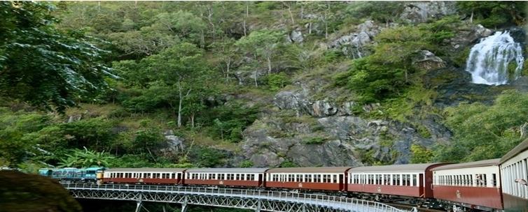 32 kilomètres de rail le long de falaises escarpées, de chutes d'eau et de précipices ©Patrick Cros