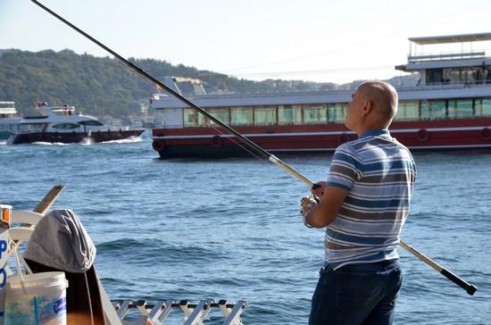 C'est ici à l'ombre de la mosquée d'Ortaköy que les pêcheurs du dimanche viennent taquiner la daurade (karaköz) - © David Raynal