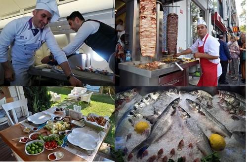 Les touristes et les locaux viennent s'attabler dès la belle saison aux terrasses des restaurants de poissons appelés « meyhane » - @ David Raynal