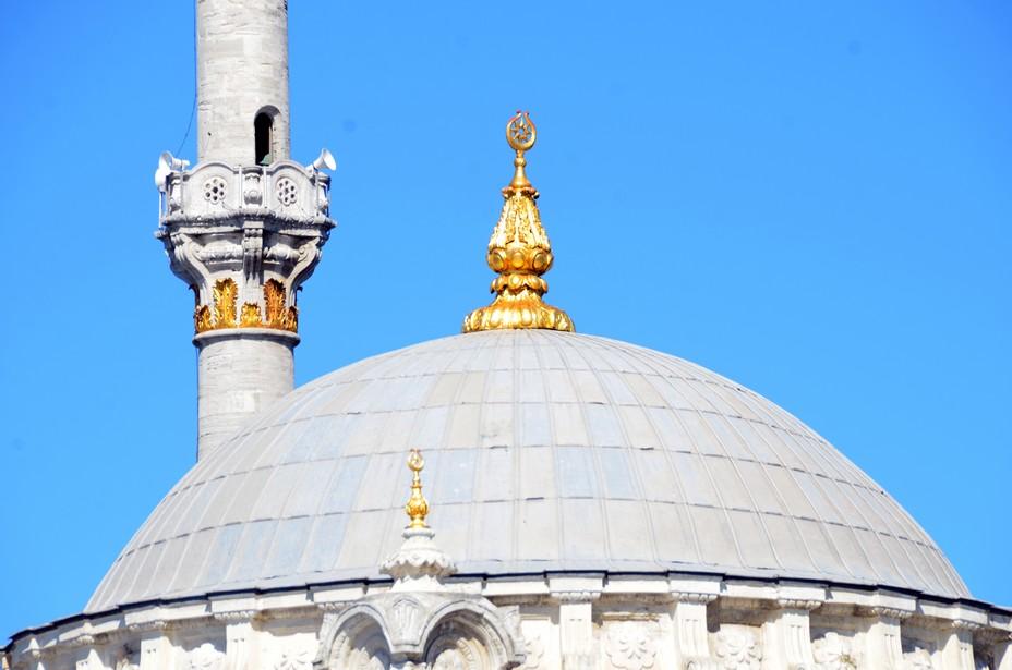 Pendant le mois du Ramadan, les musulmans (dès la puberté) se lèvent avant l'aube pour prendre leur premier repas qui s'appelle sahur, et qu'ils doivent terminer avant l'appel à la prière (imsak) du matin. Au coucher du soleil, avec la prière du soir, ils rompent le jeûne, avec le repas nommé iftar. Entre le lever et le coucher du soleil, les personnes qui jeûnent doivent s'abstenir de boire, manger, fumer et d'avoir des rapports sexuels @ David Raynal