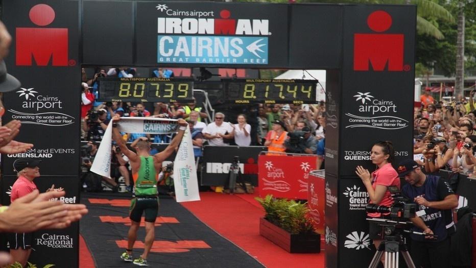 Arrivée de l'Australien Luke McKenzie, vainqueur de l'Ironman Cairns après plus de 8 heures de course ©Patrick Cros