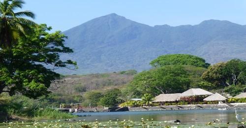 Vue sur le volcan Monbacho depuis le lac Nicaragua (Photo Catherine Gary)