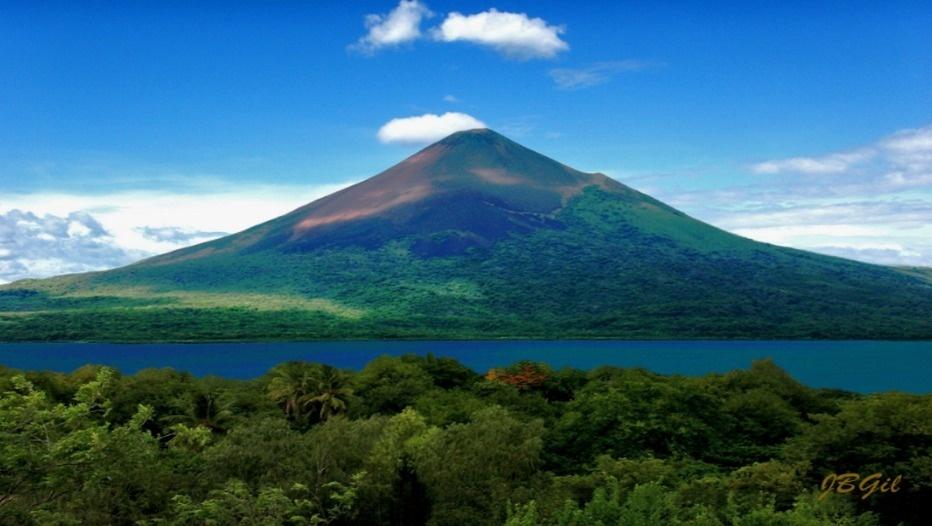 Le Momotombo (« Grand sommet bouillant ») est un volcan situé dans le département de León, au Nicaragua, près de la ville de Puerto Momotombo et des rives du lac Xolotlán (ou lac de Managua). Il s'élève à 1 297 mètres d'altitude. C'est un jeune volcan d'environ 4 500 ans. (photo Jaime Buitrago Gil)