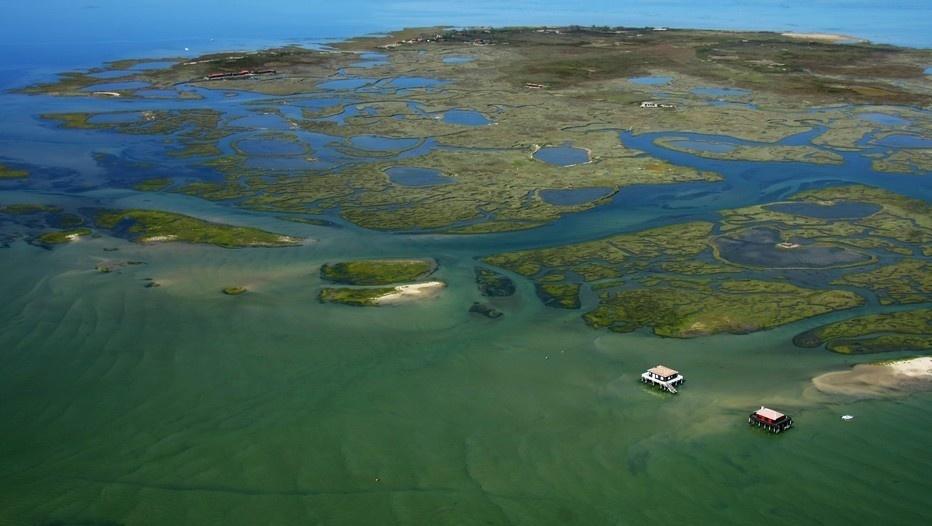 Vue aérienne de l'île aux oiseaux et des cabanes tchanquées située dans le Bassin d'Arcachon (photo O.T.)