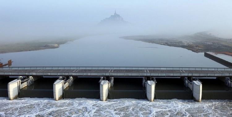 A pleine mer le barrage ouvre ses huit vannes pour remplir d'eau le Couesnon. A marée basse les vannes seront ouvertes pour laisser passer l'eau qui drainera les fonds (photo D.R.)