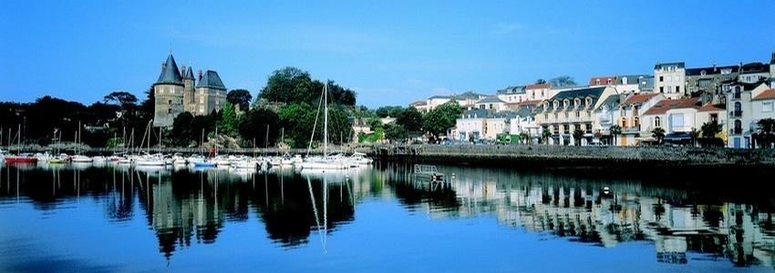 Pornic, port de plaisance et port de pêche avec au fond son château  (photo D.R.)