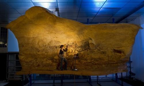 Reproduction des Peintures pour l'exposition sur  les œuvres rupestres de la Grotte de Lascaux : l'artiste chargé de la reproduction emploie des pigments naturels semblables à ceux utilisés à l'origine il y a cela des milliers d'années. (Photo Philippe Psaila)