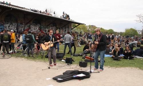 Ambiance musicale et festive ( Photo Berlin Mauer_ via flickr.com  de Marga en Johan van de Merwe )