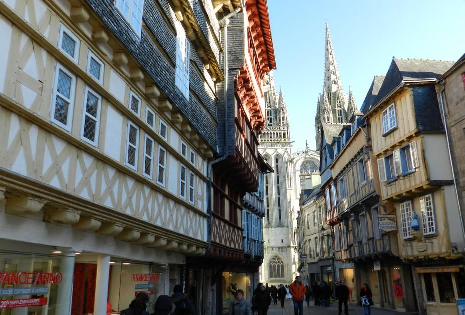 Quimper vue sur la cathédrale depuis la rue Kéreon; ©Office de Tourisme Quimper Cornouaille.