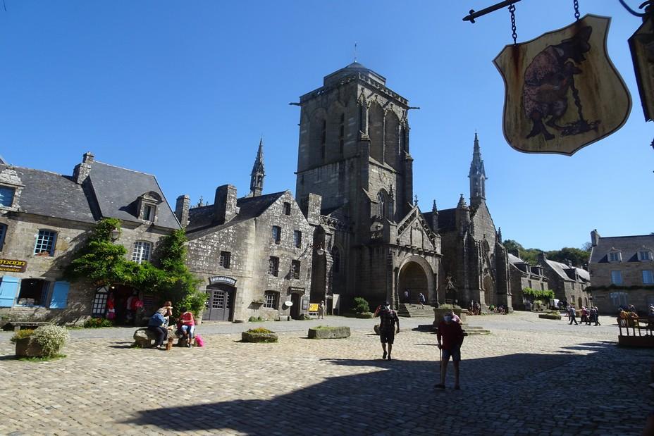 Locronan-place de l'église  ©Office de Tourisme Quimper Cornouaille