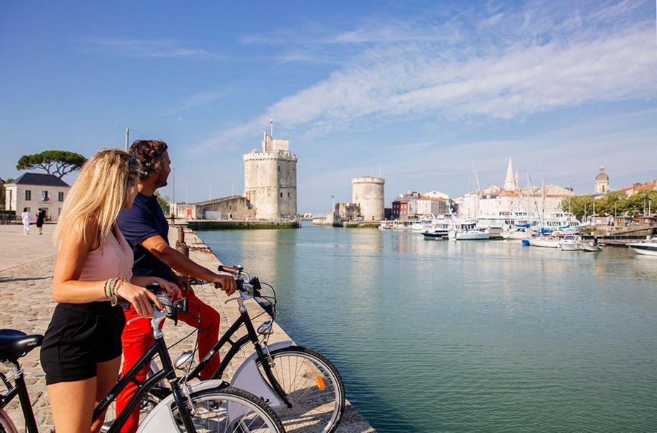 Après de longues semaines d'accalmie forcée, le port de La Rochelle s'éveille de nouveau à la vie et accueille en ce début d'été des milliers de touristes. @ OT La Rochelle