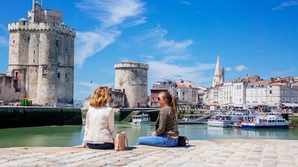 il est possible d'embarquer sur un cataraman, le temps d'une journée ou de quelques heures, pour une inoubliable croisière au grand air. @ OT La Rochelle