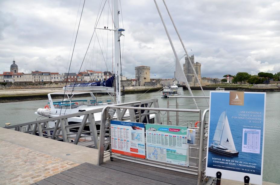La croisière réservée, l'embarquement se fait face à l'entrée du Vieux Port de La Rochelle et de ses fameuses tours signatures médiévales Saint-Nicolas et de la Chaîne. @D.Raynal