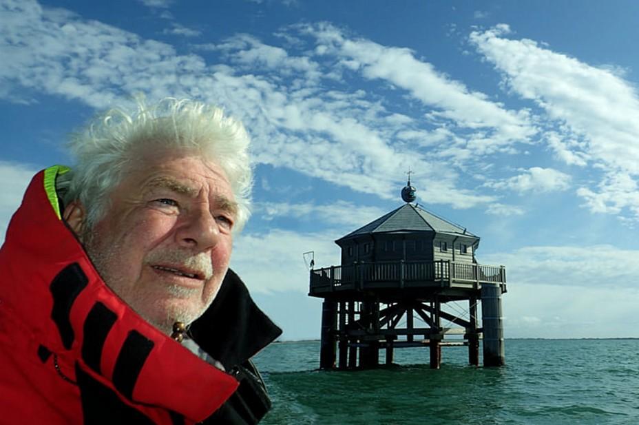 L'aventurier et navigateur André Bronner devant le phare du bout du monde @ C.Montenay