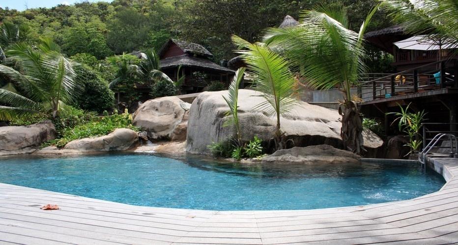 Entouré d'une végétation luxuriante faite de plantes rares, baigné par les mers chaudes de l'océan Indien, le bâtiment principal de l'hôtel Lémuria est reconnaissable à sa piscine en cascade unique au monde. (Photo David Raynal)