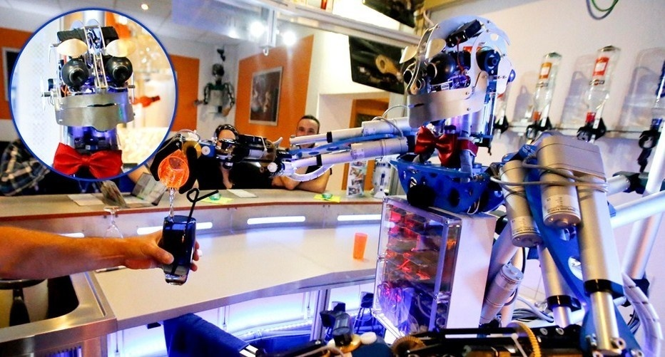 Carl le robot-barman en plein service...(Photo DR)