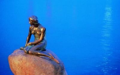 """Statue de la Petite Sirène oeuvre du sculpteur Edvard Eriks inspiré, en 1909, par la danseuse Ellen Price danseuse étoile au Royal Theatre de Copenhague dans le ballet """"La Petite Sirène"""". Mais c'est la femme du sculpteur, Eline Eriksen  le modèle de cette magnifique sculpture.(Photo DR)"""