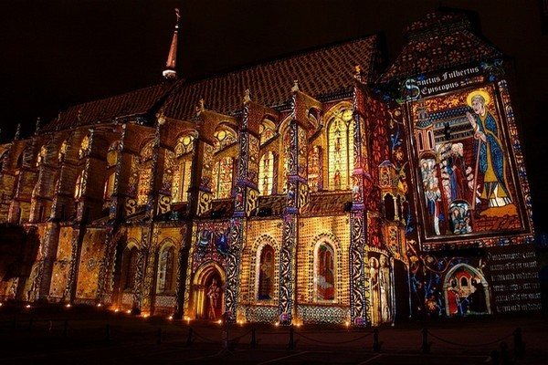 Illuminations estivales sur l'église Saint-Pierre -©Conception artistique Xavier de Richemont Paris - ( Photo  François DELAUNEY)