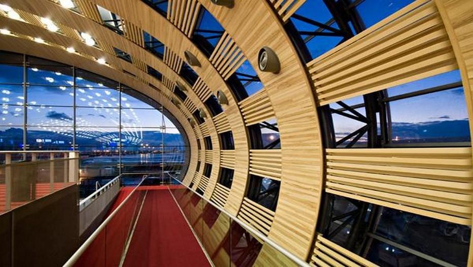 Telle une oeuvre d'art l'un des couloirs du Terminal 1 de l'Aéroport Charles de Gaulle à Paris (photo DR)