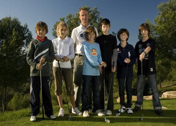 Une équipe de jeunes élèves entoure leur professeur de golf au sein de l'école de golf GEA Dolce Fregate Provence dans le département du Var (Photo GEA)