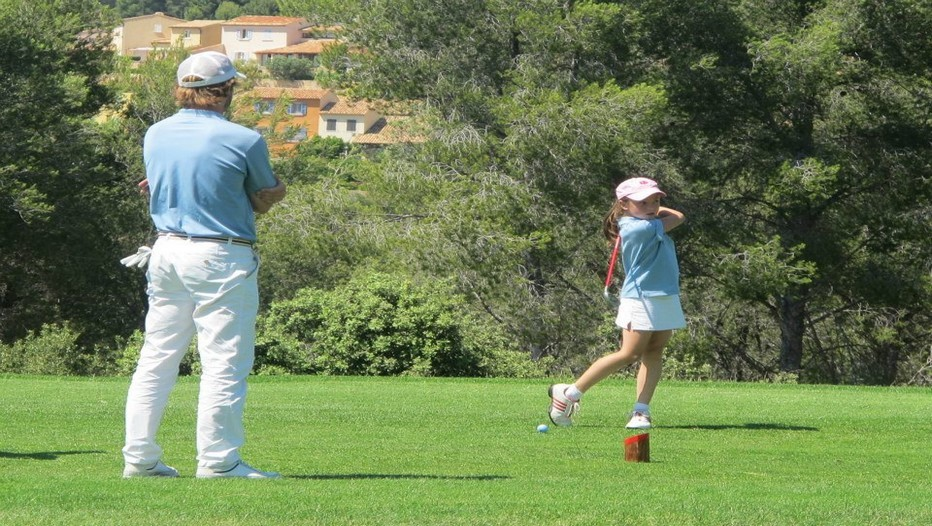 De 5 à 16 ans, les enfants peuvent travailler leur swing sur les practices, les putting greens et même sur le Frégalon (9 trous homologués, 2 400m, Par 29) 9T) (Photo GEA)
