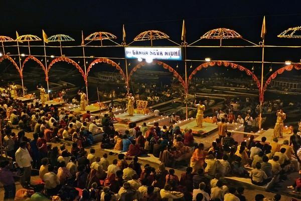 La cérémonie de  l'Aarti, au  Dasasvamedha Ghat ©Roger Jacquelin