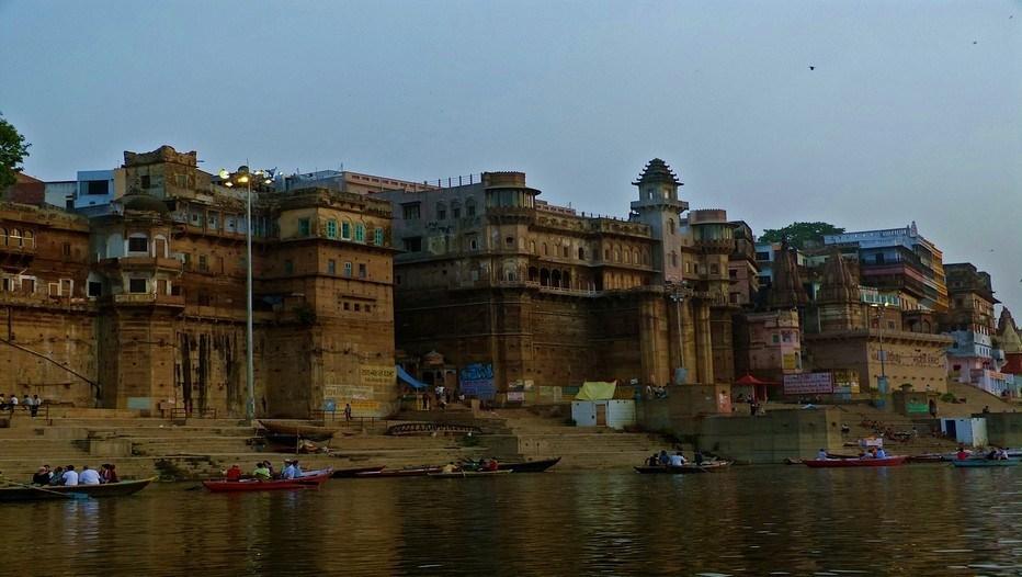 """En approchant du ghat par le Gange, on perçoit la """"puissance mystique"""" de cette ville sacrée de l'Uttar Pradesh, au nord de l'Inde.©Roger Jacquelin"""