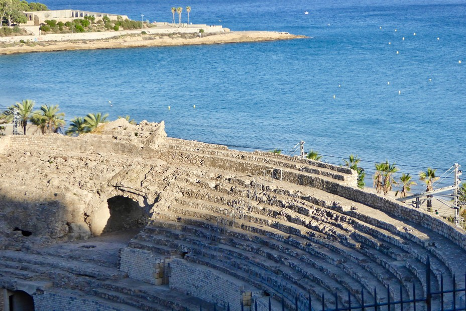 L'amphithéâtre romain domine la mer @C.Gary
