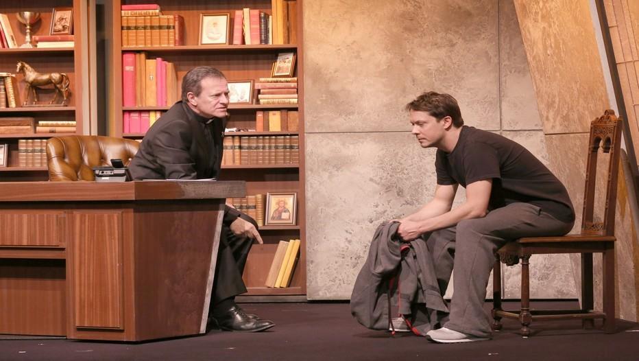 L'Affrontement.Une pièce de Bill C. Davis dans une mise en scène de Steve Suissa avec Francis Huster et Davy Sardou (Photo Lot).