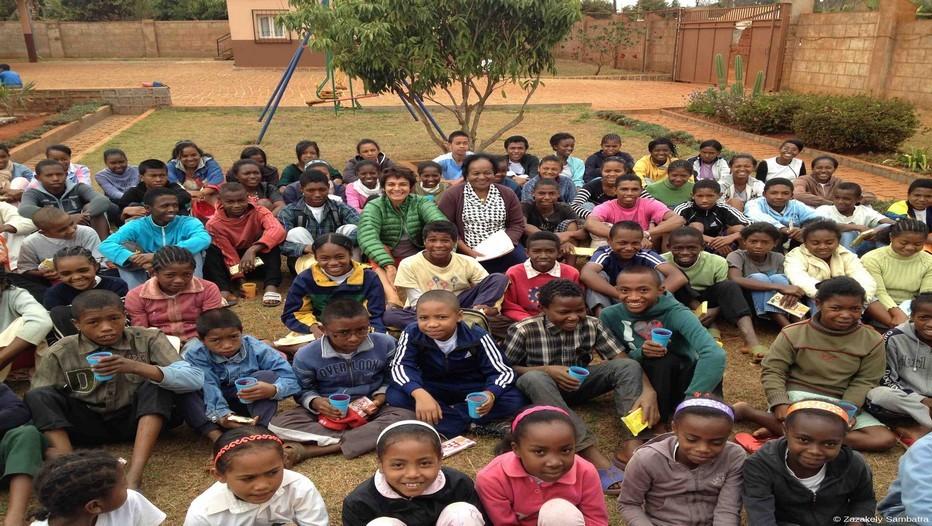 """Tous les enfants recueillis à l'orphelinat """"Ketza"""" entourent  Lys Rasoazanatompo, fondatrice de l'ONG KETZA et Véronique de Bourgies fondatrice de l'association Zazakely Sambatra  (Photo Yann Menguy)"""