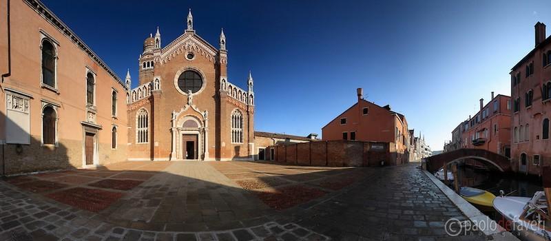 A Cannaregio se trouve aussi le Campo de la Madonna dell'orto, l'un des derniers exemples de l'ancien pavage en forme d'arête de poisson, où se trouve l'église homonyme, décorée par le grand Tintoretto et par l'Ecole des Mercanti. ( © PaolodeFaveri)