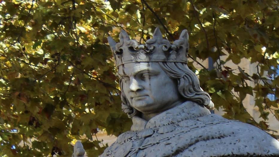 """Le haut de la statue du """"Bon roi René"""" pseudo ressemblante érigée au bout du Cours Mirabeau à Aix en Provence (photo DR)"""