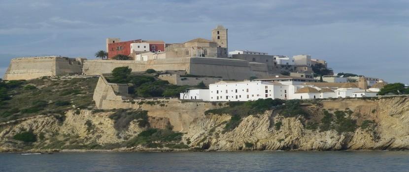 Elvissa, la capitale d'Ibiza perchée sur son rocher fut protégée des pirates par ses remparts, les mieux conservés d'Europe. Les coupoles de San Domingo et la  plaza de Vila, très animée l'été, ajoutent à son charme (crédit photo Catherine Gary)