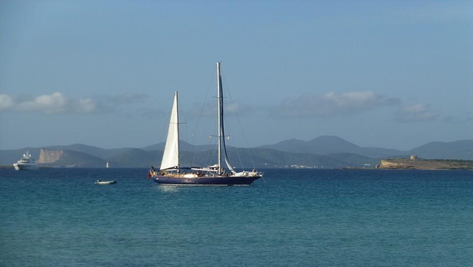 Yachts et voiliers mouillent à proximité des plages (Crédit photo Catherine Gary)