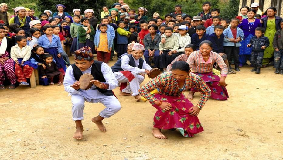 Danse traditionnelle exécutée par les jeunes Tamangs au Népal (Photo Patrice Olivier)