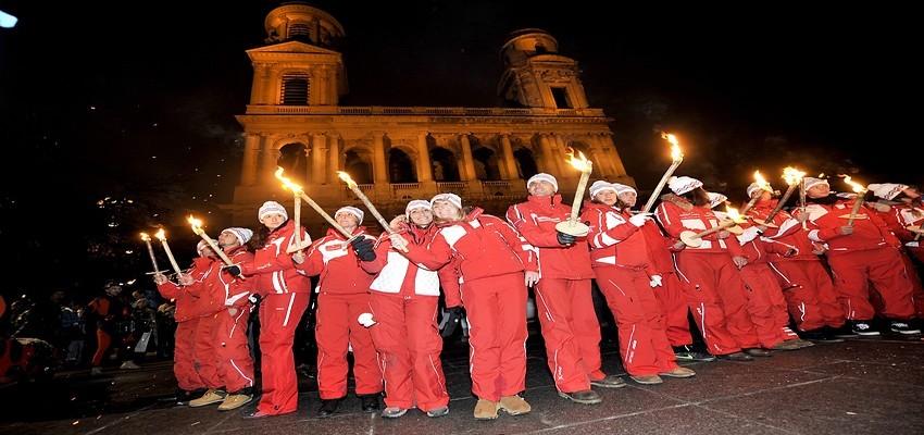 La descente aux flambeaux en arrêt devant l'église Saint-Sulpice à Paris (Photo DR)