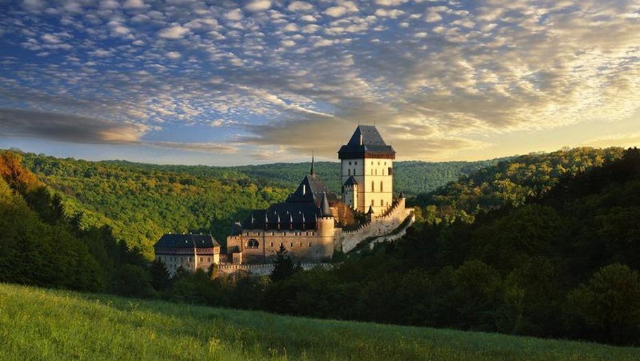 Le château fort de Karlštejn (Karlstein en français)  occupe, parmi les nombreuses forteresses médiévales tchèques, une place particulière. Situé à une trentaine de kilomètres de Prague, il a été construit entre 1348 et 1357 par Charles VI  (Crédit photo Czechtourism.com)