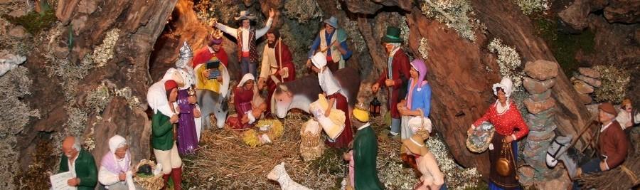 Crèche de Noël provençale avec les traditionnels santons d'argile. La tradition de la crèche de Noël trouve son origine au Moyen Âge, remontant à François d'Assise, dont la mère était originaire de Tarascon. Il fut le premier en 1223 à mettre en scène la nativité dans son église de Greccio, en Italie. Les personnages furent alors joués par des gens du village, les animaux étant réels. Cette « crèche vivante » a donné naissance à une tradition qui s'est perpétuée, mais les « acteurs » ont été très largement remplacés par des personnages en bois, en cire, en carton pâte, en faïence et même en verre. (Crédit photo DR)