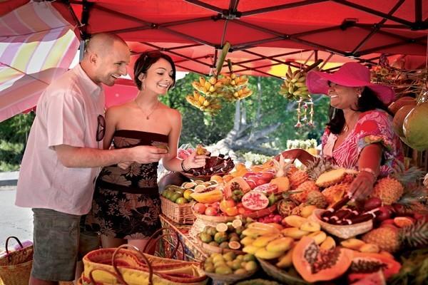 Le marché offre aux acheteurs une profusion de fruits tropicaux cultivés sur l'ïle de la Réunion  (Crédit photo J.Akhom - Studio Lumière)