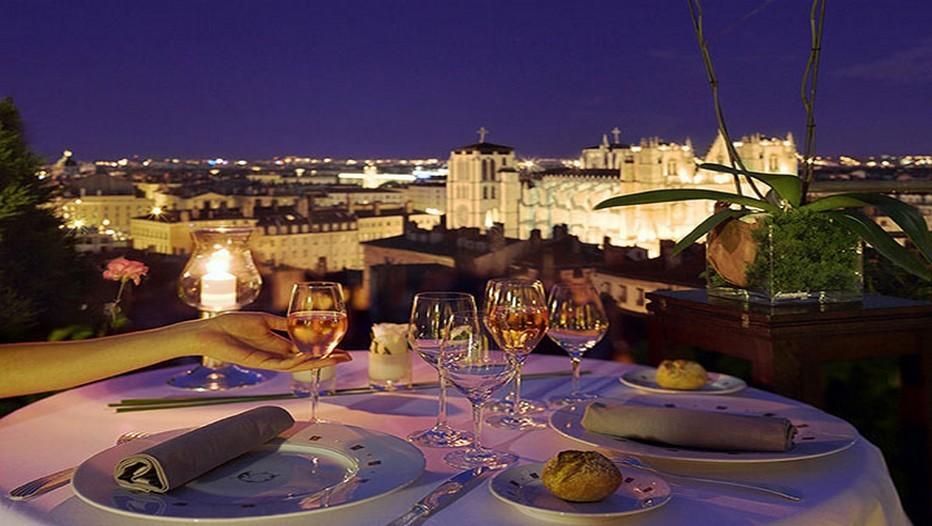 A la Villa Florentine, dans le ciel de Lyon, le temps est suspendu pour un dîner en amoureux, sur les hauteurs de la ville, face au panorama unique sur les toits du Vieux Lyon (Crédit photo Relais et Châteaux)