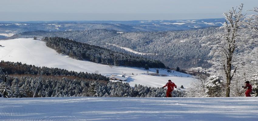 Féérie hivernale des Hautes-Vosges et du domaine skiable surplombant l'Ermitage-Resort à Ventron. (Crédit Photo Ermitage-Resort)