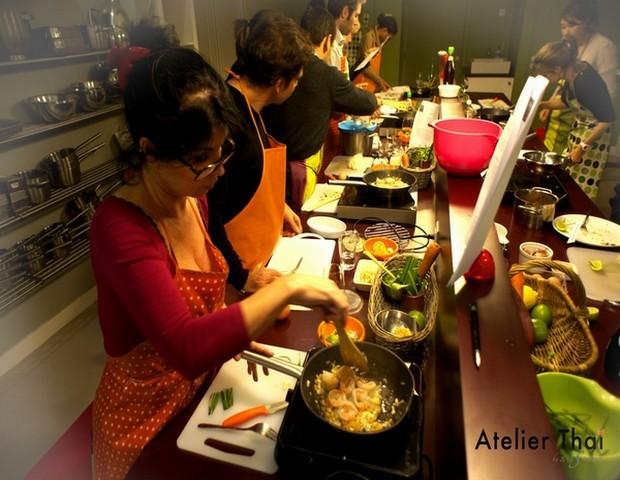 Lors de l'atelier, les stagiaires suivent attentivement les directives de leur initiatrice Thaïlandaise Plap (Crédit photo Atelier Thaï)